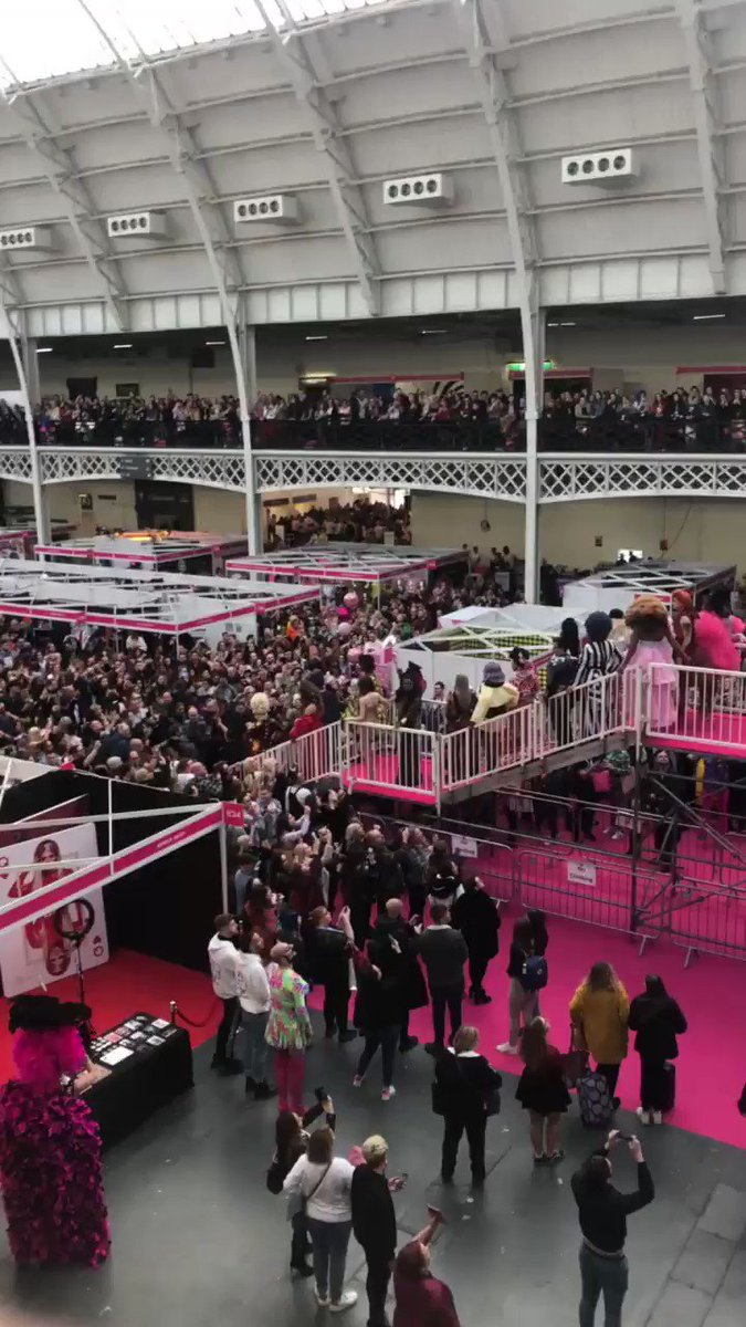 so weird to look at drag con a year ago cause of how packed it was