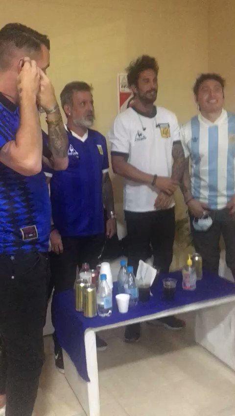 ¿Cómo no van a romperla en el homenaje a #Maradona si tuvieron esta tremenda arenga de @PopiBraca?  Pablo Lugüercio, Marcos Angeleri, Gonzalo Rodríguez, Héctor Bracamonte y Pablo Bezombe LA ROMPIERON con su show musical en la #CopaDiegoMaradona