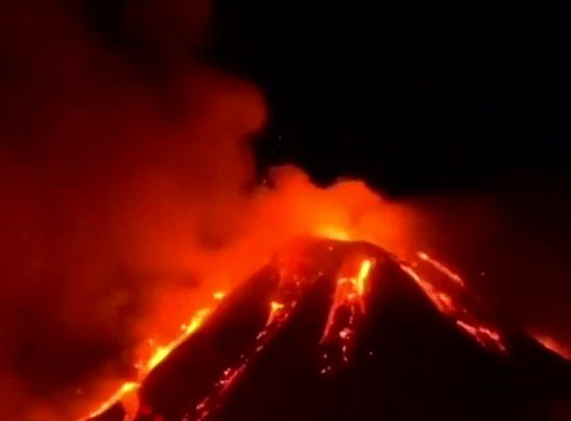 İtalya'da bulunan Etna yanardağı patladı!  🔹İtalya'nın Sicilya Bölgesi'ndeki #Etna Yanardağı'nın patlaması sonrası bölgede acil durum ilan edilerek, kiliselerden acil durum çanları çalmaya başladı.