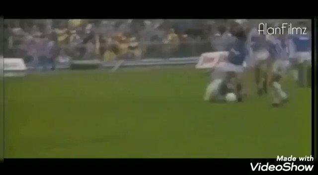 Fútbol criminal de los 80. Increíble poder brillar en ese contexto. #Maradona 🇦🇷