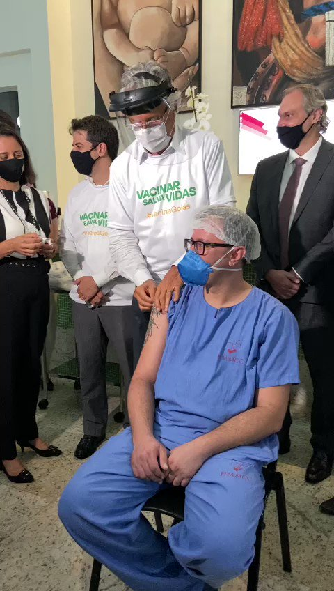Em nossa 1° ação juntos, o prefeito de Goiânia Rogério Cruz e eu vacinamos mais um profissional de saúde. Reinaldo Barcelos Ferro Júnior, que é de Trindade e atua desde o ano passado na UTI do Hospital e Maternidade Municipal Celia Câmara. Vamos vencer essa pandemia, minha gente!