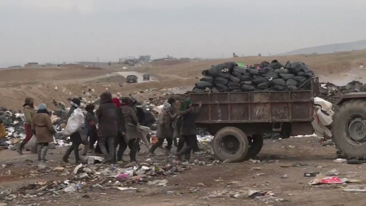 """فيديو مؤلم من سوريا يلخص ٨ سنوات من الحرب.. فقراء يبحثون في القمامة عن الطعام والقوات الاجنبية تجوب الشوارع والمليشيات تسيطر على اجزاء من الدولة ويستخرج النفط ويباع دون اي مردود للسكان.. هذا هو """"ربيعهم"""" فقر واحتلال وسطوة مليشيات وسرقة موارد."""