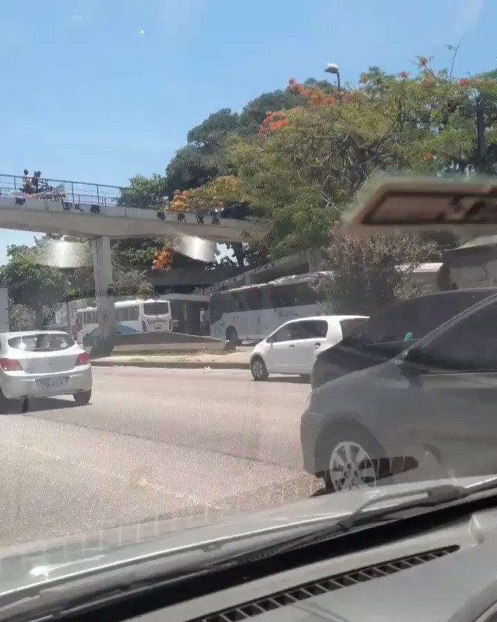 Carro tenta passar pela passarela na Av. Brasil