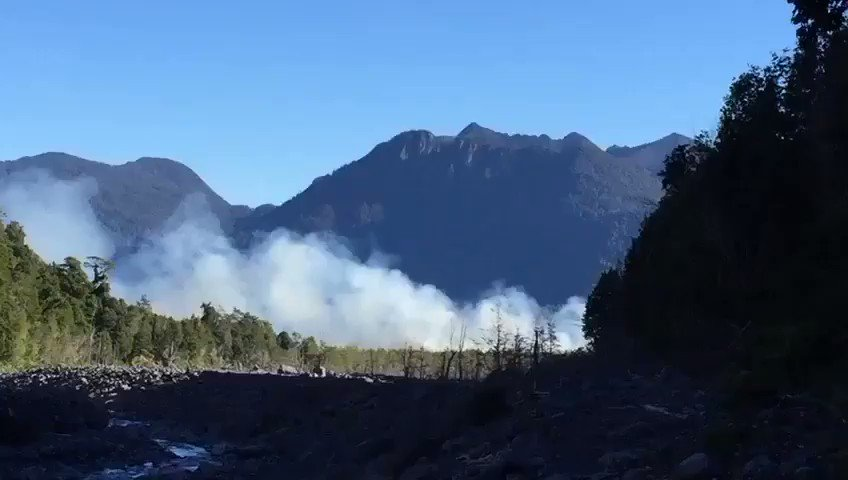RT @ReportSurAustra AHORA Bomberos 🚒 de #PuertoMontt trabajan en incendio 🔥 forestal sector Lago Chapo con Peligro de vivienda Bomberos 🚒 de #PuertoVaras Concurre al lugar con 3 Unidades Noticias en desarrollo imágenes cedidas