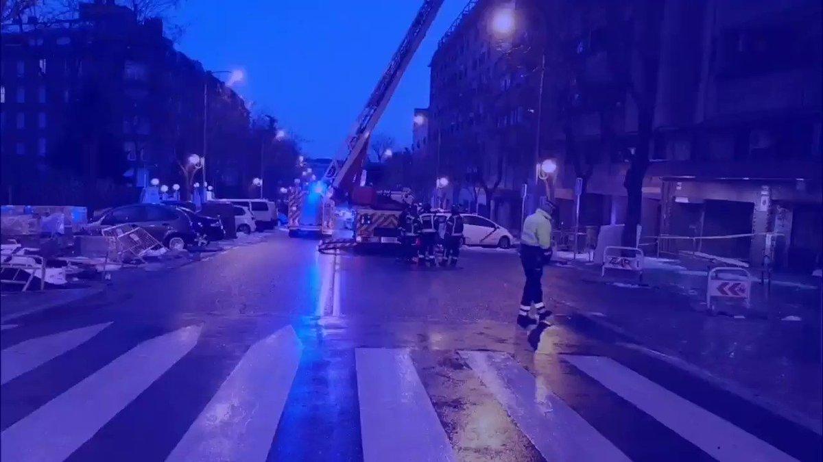 La 🌧️lluvia está deslizando el hielo y la ❄️nieve. Compañeros 👮♀️👮♂️de la #UnidadSur han cortado, esta mañana, el Paseo de los Olmos para que @BomberosMad limpie una cornisa próxima a una guardería. #Filomena #Madrid #MadridNevado #AgentesDeMovilidad