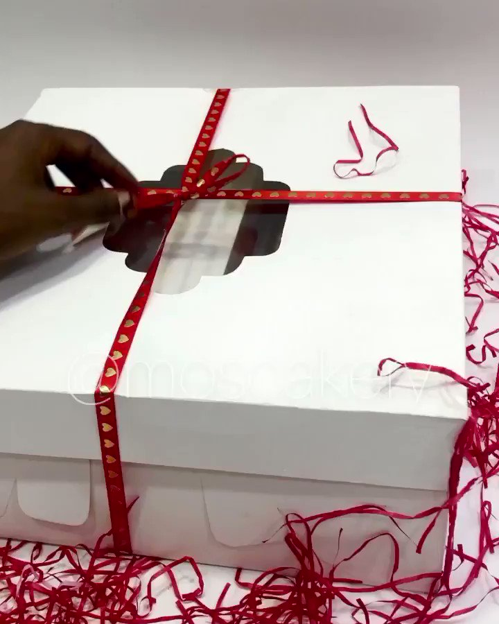 Our first deal for Valentine's Day 2021, THE XOXO BOX 6 Swiss buttercream cupcakes  3 fudgy brownies 3 yum Blondies  2 chocolates  1 customized handwritten card(specially created for you) 1 silk rose flower 1 sparkling grape juice We have 20 slots, send a dm to book now  #thread