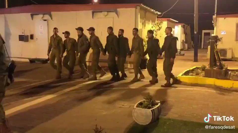 فلسطينيين في جيش الدفاع الإسرائيلي يرقصون الدبكة ..   وعطوان والخطيب والتميمي ينبحون الخليج الخائن باع القضية !!