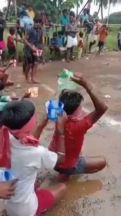 また違う面白いゲームをポンガルフェスティバルの最終日に行なっていました! 水をチームメンバーに渡して、最後の人の後ろにあるバケツを満たさなければいけません!😁  #Pongal
