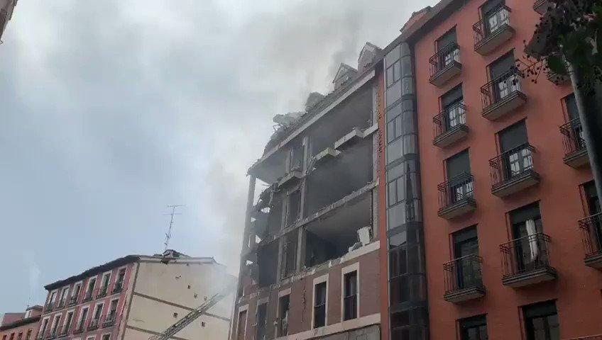 Al menos 4 plantas han resultado afectadas tras la explosión en este edificio de la calle Toledo. Están siendo evacuadas por @BomberosMad y atendidas por @SAMUR_PC varias personas.