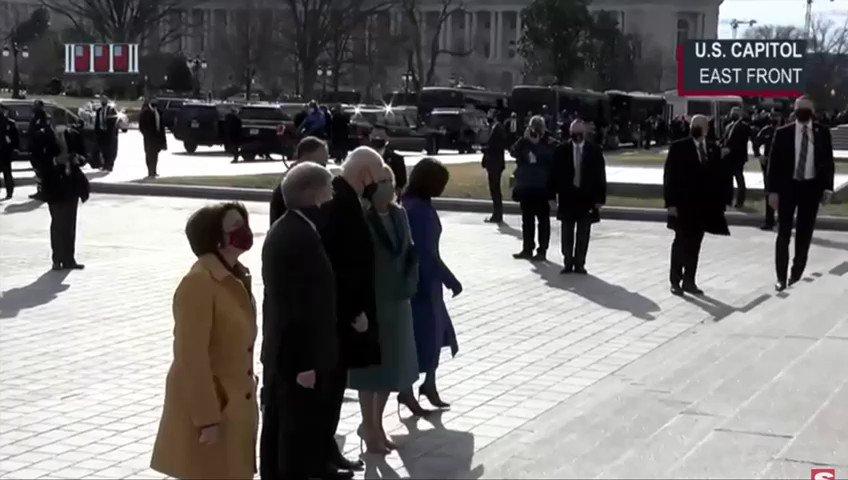 #INAUGURATIONDAY | Así fue la llegada de Joe Biden al capitolio para tomar protesta frente al congreso en una ceremonia sin multitudes por la actual situación de salud.