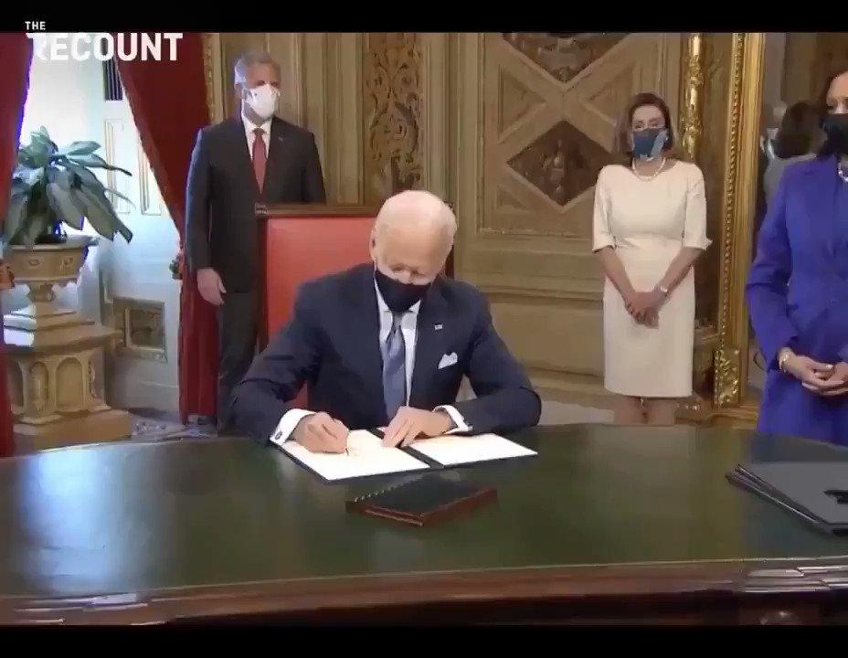 يقوم جو بايدن بأول إجراء رسمي له كرئيس، يوقع على إعلان يوم التنصيب وتعيينات مجلس الوزراء. #InaugurationDay