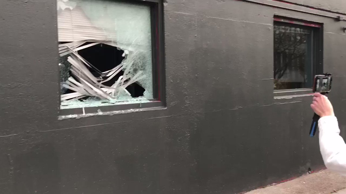 Portland: #Antifa are destroying the Democratic Party of Oregon headquarters in broad daylight. #PortlandRiots https://t.co/lsI2fNbE7p