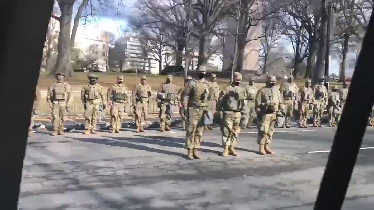 L'armée tourne le dos au passage de l'usurpateur. #BidenHarrisCheated