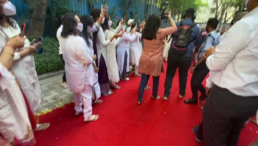 Here is the heroic welcome for skipper @ajinkyarahane88 at his Mumbai home