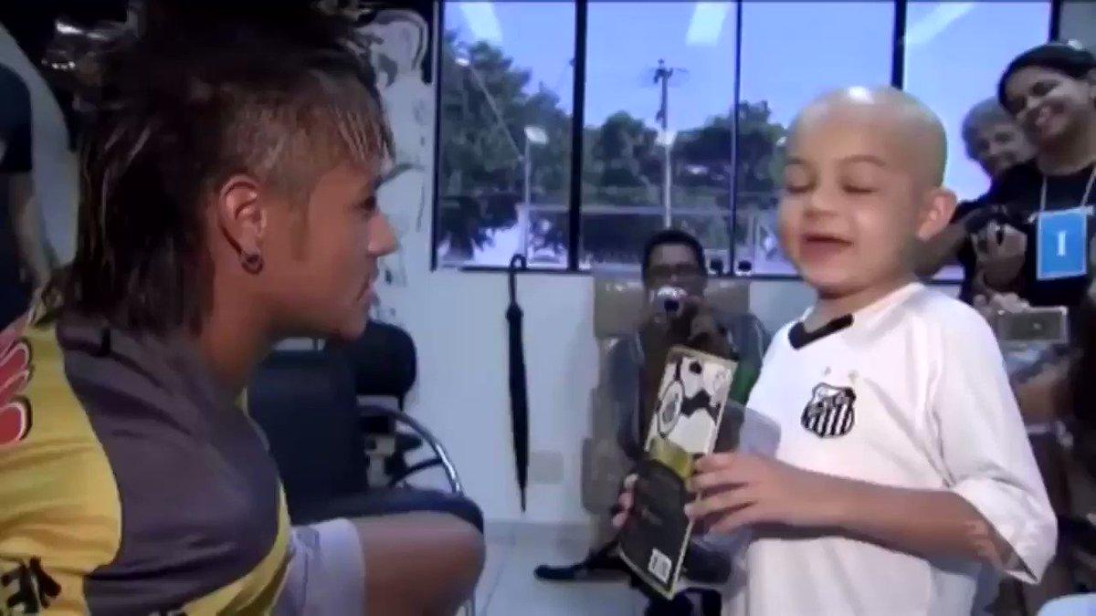 """Niño: """"Si marcas un gol, ¿puedes hacer este baile?""""   Neymar: """"Eso lo haré entonces, ¿trato?""""  Momentos que hacen del fútbol un lugar mejor.❤️"""