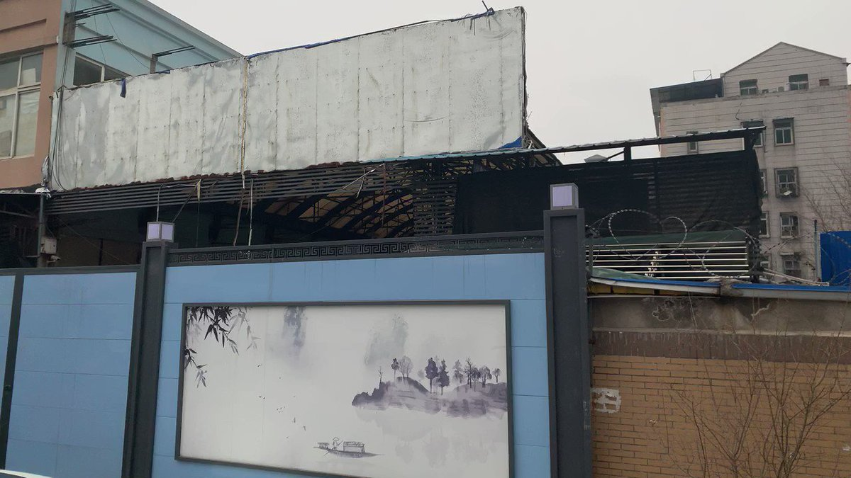El mercado de pescados y mariscos de #Huanan en #Wuhan, donde se supone que todo comenzó, está ahora cerrado por una gran valla azul de más de tres metros. Su segunda planta, repleta de tiendas de gafas está, sin embargo, abierta, aunque muy pocos clientes se acercan.