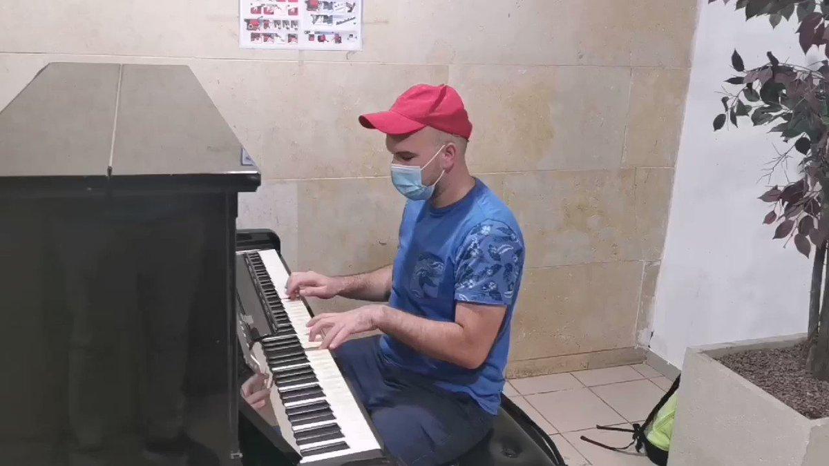 دكتور من فلسطين يعزف #عظيمة  على البيانو رائعة من روائع ملكة الاحساس #إليسا  وهي من كلمات شاعر الاحساس والرومانسية  الرائع نادر عبد الله والحان صاحب الالحان الجميلة  الرائع محمد رحيم والموزع المبدع الرائع احمد ابراهيم   ❤️ @elissakh  @NaderAbdAllahN1  @MohamedRahim