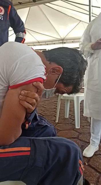 Socorrista do Samu desmaia de medo de agulha, mas se vacina   Ele diz que tem fobia e pede que todos se imunizem contra a covid-19 #Correio24h