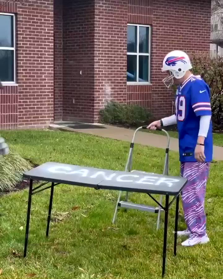 After 5 months of battling cancer this guy rang the bell in Bills Mafia fashion. Legend. (Via @neilsonvic)