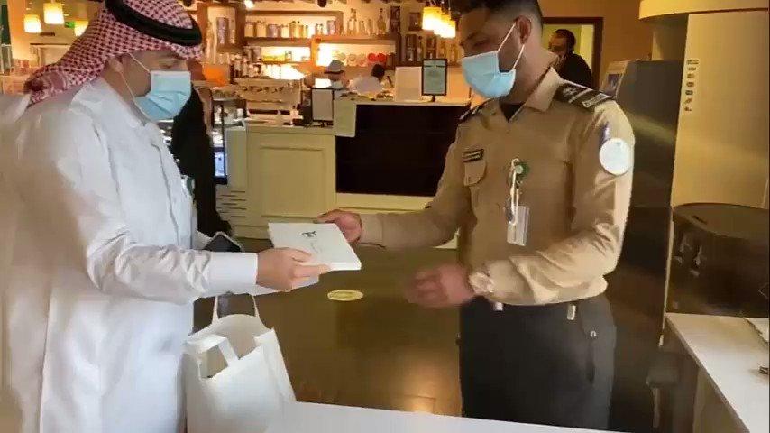 نظير تفانيه في العمل.. حارس أمن بمستشفى يتفاجأ بهدية ورسالة شكر من «وزير الصحة»  شاهد الفيديو كاملاً هنا:      #السعودية #المملكة #وزير_الصحة #الصحة #حارس