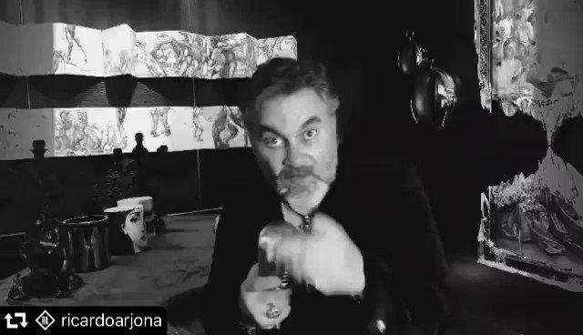 Compartiendo micrófono con  mi buen @ricardoarjona este 12 de febrero ¡no se lo pierdan!   repost @ricardoarjona ・・・ #TravesurasBlanco , 12 de Febrero en todas las plataformas. @oficialmijares