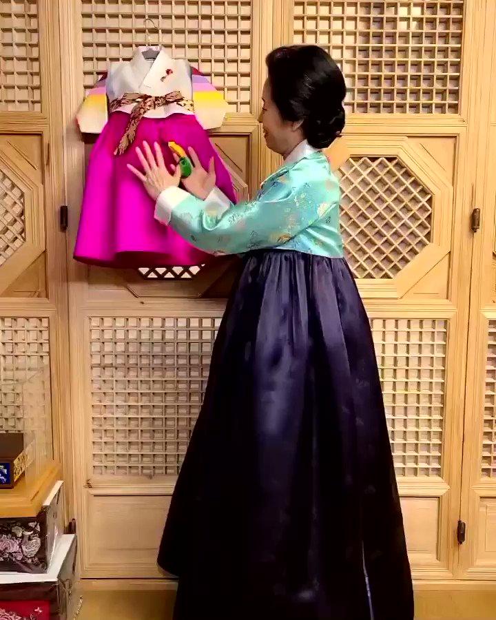. TEL) 02 511 0617 (0627) 서울특별시 강남구 청담동 42번지.  . 첫째 아드님 결혼식에 이어  이번 둘째 아드님 결혼식때도 오신  참 고우신 사모님 🌈 . #박술녀한복 #parksulnyeo #baby #wedding #party #traditional #clothing #hanbok #결혼한복 #trend #seoul #korea