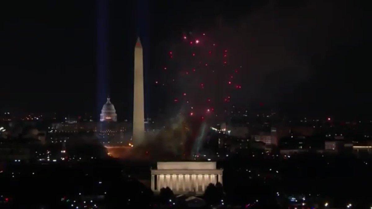Niveau mise en scène, ils sont forts, ces Américains. Cette prestation de Katy Perry, le soir de l'#InaugurationDay de Joe Biden, vaut le détour 🇺🇸  Force est de reconnaître que cela aurait de la gueule dans la cour carrée du Louvre ou au Trocadéro, le soir des élections de 2022.