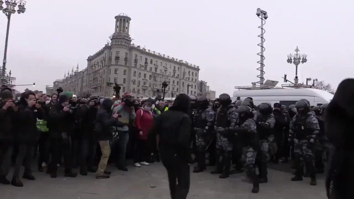 An unusual scene from #Russia where people don't usually fight police at protests. A lone protestor takes on half a dozen riot cops who were unable to arrest him at the time.