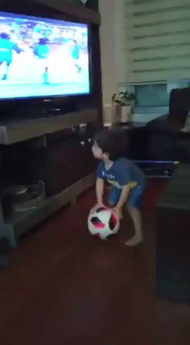 Hasta los niños entienden cual es el mejor video de la historia 😍. Morí!💙💛💙 . . . . . . . .. . #maradona #diegomaradona