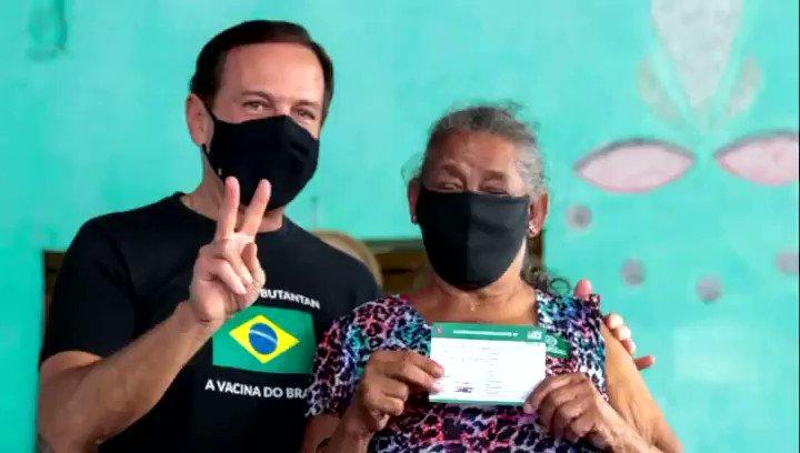 Essa é a Dona Benedita dos Santos, de 90 anos, nascida e criada no Quilombo Ivaporunduva, agricultora e mãe de 12 filhos. Ela foi a primeira quilombola a ser imunizada com a vacina do Butantan contra a Covid em São Paulo e no Brasil.