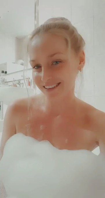Join me & my hot, wet game NOW! SUBSCRIBE HERE ➡️ https://t.co/awQsJi4odk 🖤🖤🖤 #milf #bathtime #wetgirl