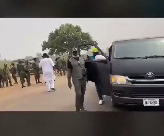 Replying to @eniola_opeyemi: VIDEO: Sunday Igboho confronts Soldiers, Police.  @Gidi_Traffic