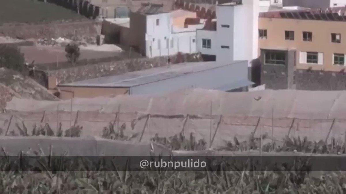 ⚠️ Ocurría esta tarde en #Gáldar (Gran Canaria):  Los 'menas' alojados en un centro del barrio de Barrial, protagonizaban una reyerta a pedrada limpia.  ❌ No es la primera vez que ocurre, los vecinos ya han denunciado en varias ocasiones peleas y problemas con estos ilegales.