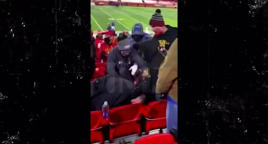 Trey Songz had the officer in a full headlock. 😭 https://t.co/Ku7KYkGxwD
