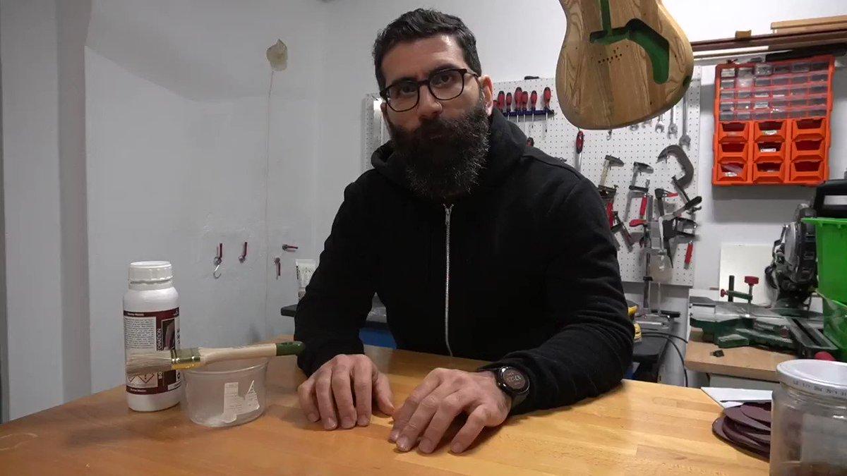 Εδώ εξηγώ όσα πρέπει να ξέρετε για το υπόστρωμα γομαλάκας και ντρέπεστε να ρωτήσετε. Δείτε το πριν το κατεβάσουν. #diy #weekendluthier Full video: youtu.be/hQyH8jHc9m8