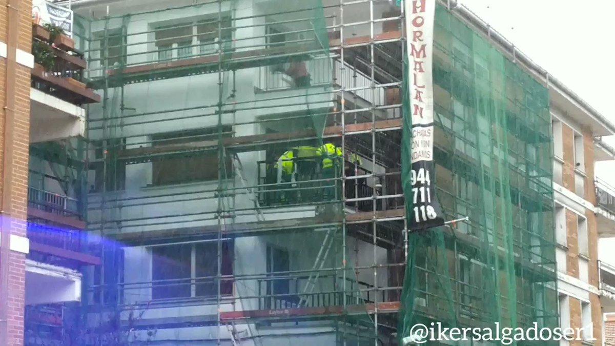Un trabajador ha sido trasladado al Hospital de #Urduliz tras haber sufrido una caída en un andamio de una obra en la calle Itsasbide de #Gorliz.
