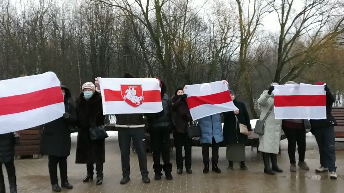 #Belarus Day 170. The elderly are chanting,Freedom to Ihar #Losik! They might not even know who he is and never read his Telegram channel, but they demand to release Ihar and other political prisoners. It is cold, there are repressions and the pandemic, but they keep protesting