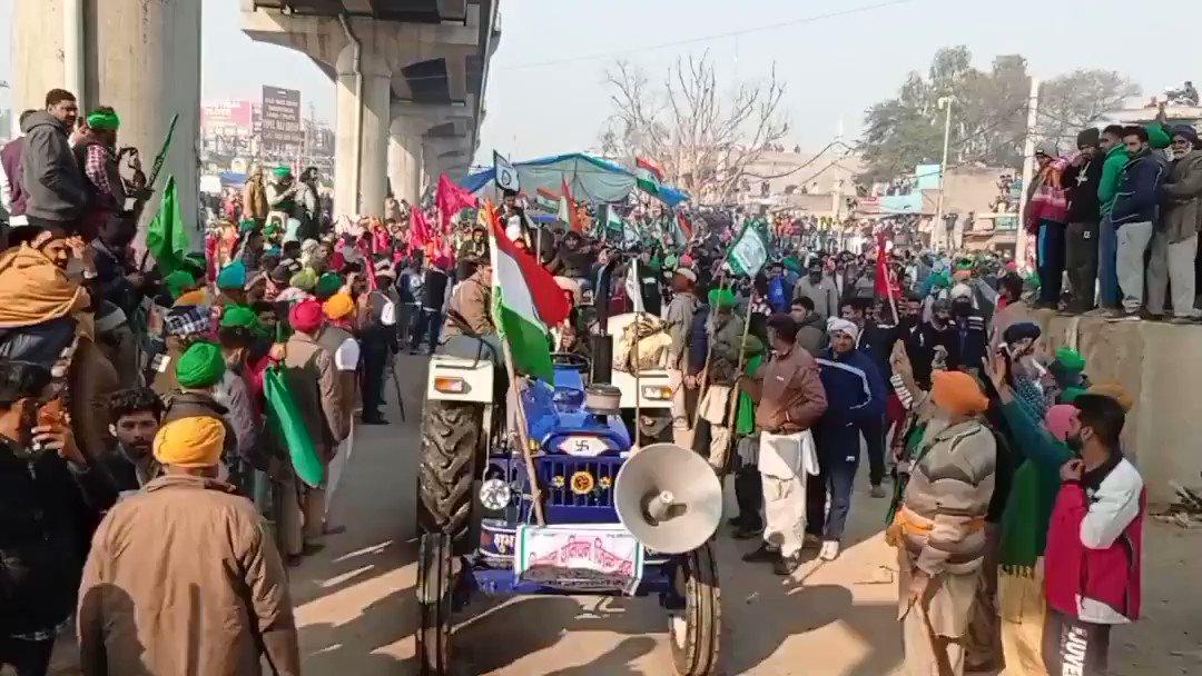 Rang de basanti chola plays as farmers say they are the true nationalists, not @narendramodi #KisanTractorRally #26JanDelhiTractorParade #26JanDelhiChalo