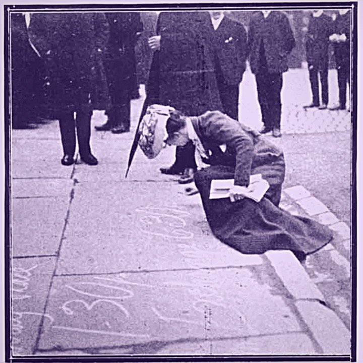 #Suffragettes used chalking 🖍️& #creative interventions to advertise their meetings & campaigns. This was a highly effective type of street performance: crowds would assemble to 'watch the announcement...develop under the hand of the chalker'.  #ChalkYourWalk2020 #inspiration https://t.co/NYU3BNXc9h