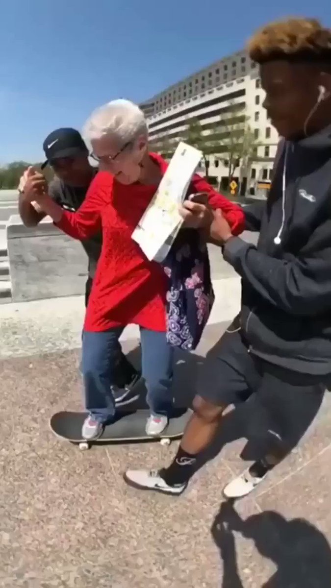 Replying to @buitengebieden_: Two young skaters help an older woman skateboard for the first time and she's stoked.. 🙏