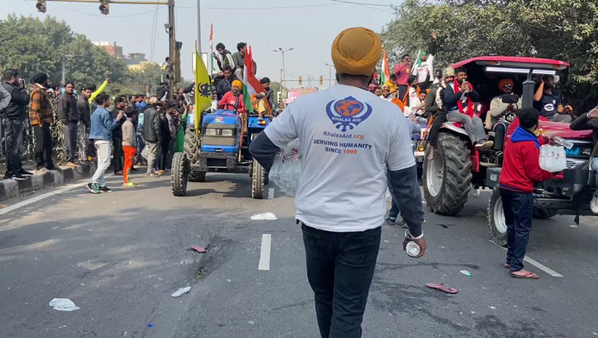 Our amazing volunteers from @khalsaaid_india serving food & water to the protesting farmers in Delhi. #TractorRally #FarmersProtest