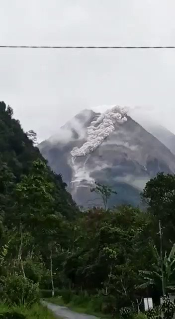 [#BREAKINGNEWS] Mt. Merapi sending massive Hot Clouds (APG) (27/01) & caused panic amongst the locals. According to the BPPTKG, the Hot Clouds sliding distance is still within the danger radius of Mt. Merapi, which is a max. 5 km from the top of mountain. #Merapi #SEATodayNews