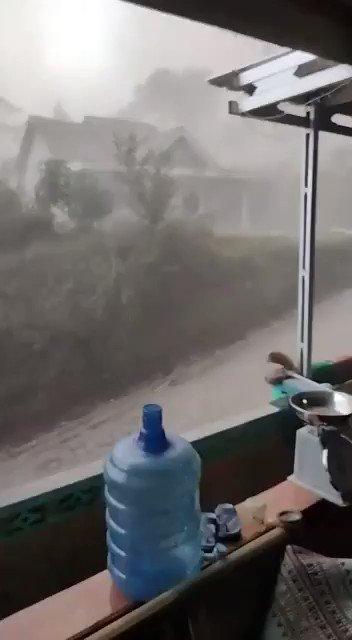 Hujan pasir akibat aktivitas #Merapi di Kemalang , Klaten.. Semoga lekas reda dan tidak menimbulkan kerusakan  #prayformerapi
