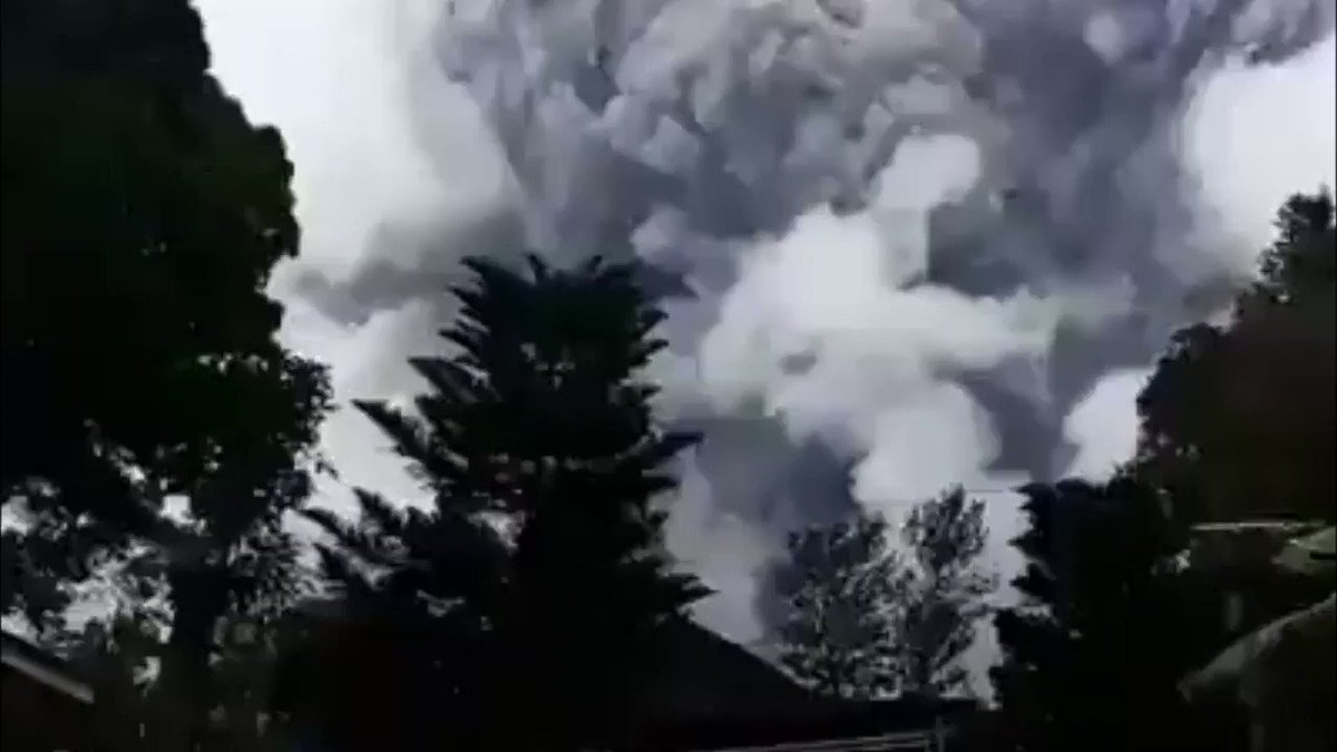 @Tawan_V when you went to Borobudur you can see Mt. Merapi. After months it increases its activity and even already exploded in small scale. And today it's the biggest. Pray for our safety Pi 🙏  #PrayForMerapi