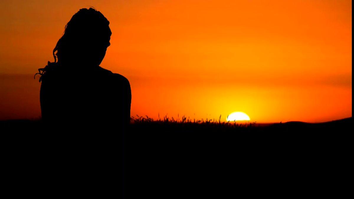 Neler, neler beklenmez nihayetsiz bir yerden Güneşi içelim mor şafaklar gecesinden. Selâm! Sonsuzluklara, hasretli gönüllerden, Selam, güneşi, göğü yakanlar bahçesinde!  İlhan Berk #GünAkşamda 🌒