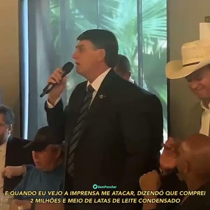 """O presidente Bolsonaro fechou uma churrascaria hoje em Brasília para um evento privado com artistas. Tive acesso às imagens.  Ele comentou a polêmica com a compra de alimentos. Disse que o leite condensado é pra """"enfiar no rabo da imprensa"""" e defendeu o gasto com chicletes."""