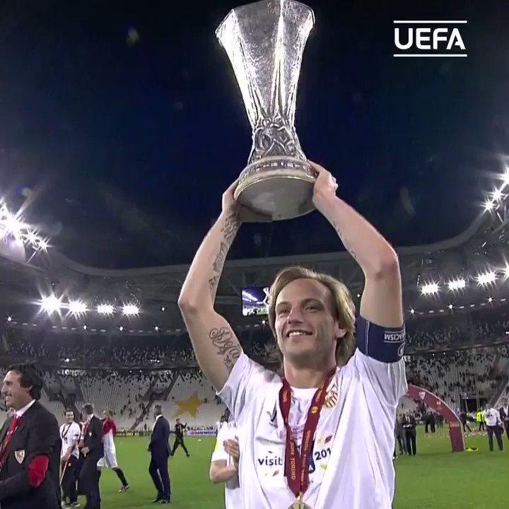 📆 #TalDíaComoHoy en 2011 el croata 𝐈𝐯𝐚𝐧 𝐑𝐚𝐤𝐢𝐭𝐢ć fichó por el Sevilla, con el que ganó la Europa League en 2014 🏆  ⚪🔴 Tu mejor recuerdo del 🔟 con la camiseta del Sevilla❓  #UEL   @SevillaFC  @ivanrakitic