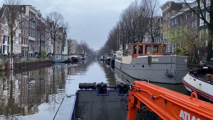 Zo stil kan het zijn in Amsterdam tijdens de #lockdown. 🧘  Op een meeuw na, kraaide er geen haan in de binnenstad. 🐓