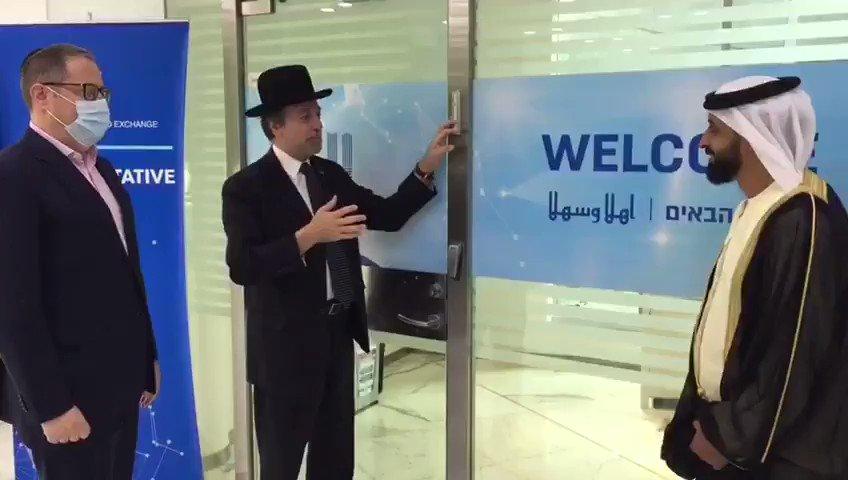 الحاخام ايلي عبادي يضع ميزوزا في فرع بورصة الماس الإسرائيلية الذي تم افتتاحه في دبي بحضور رئيس مجلس إدارة بورصة دبي للما…