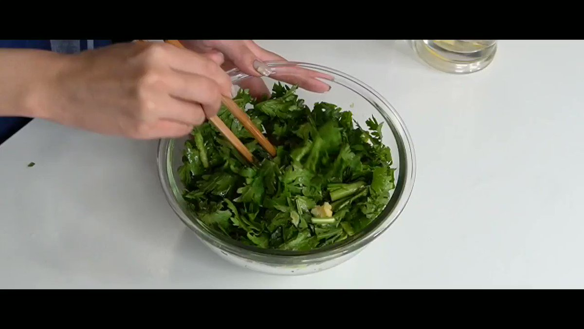 今が旬の春菊、癖のある味わいですが、実はこれ韓国風の味付けでサラダにするとめっちゃめちゃうまいんです…「チョレギ春菊」春菊は鍋物だけの野菜じゃない、これ本当に無限に食べられます野菜不足のかたにもオススメです!レシピはこちら!!